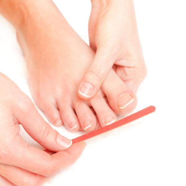 Cómo blanquear las uñas amarillas de los pies - Por qué las uñas de los pies se ponen amarillas y gruesas