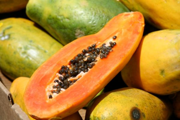 Alimentos que aumentan los estrógenos - Fresas, manzana, papaya y ciruela
