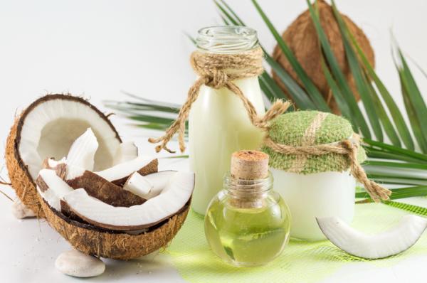 Sequedad ocular: síntomas y remedios - Masajear el contorno del ojo con aceite de coco