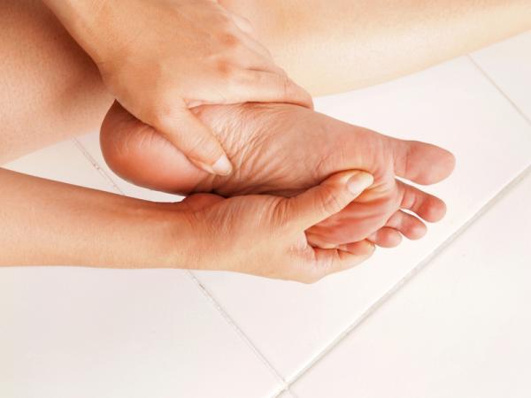 síntomas de retención de agua en las manos