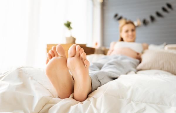 Retención de líquidos en los pies: síntomas, causas y remedios - Tobillos hinchados y retención de líquidos en el embarazo