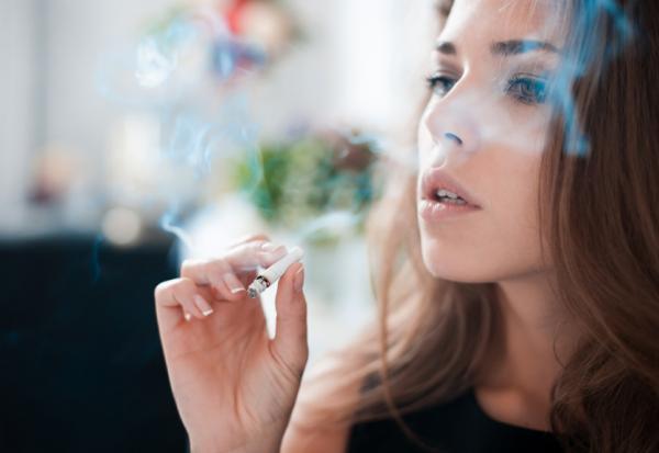 Uñas amarillas: causas y soluciones - El tabaquismo puede provocar uñas amarillas