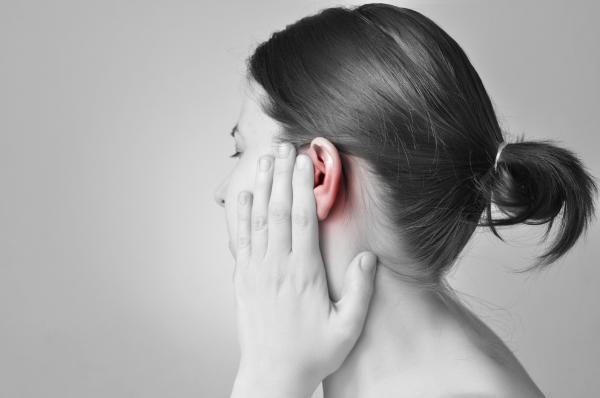 Sangre en el oído: causas y tratamiento - Sangre en el oído: tímpano perforado o roto