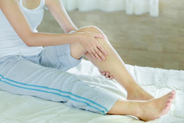 ¿Puede el nervio ciático causar entumecimiento en ambas piernas?