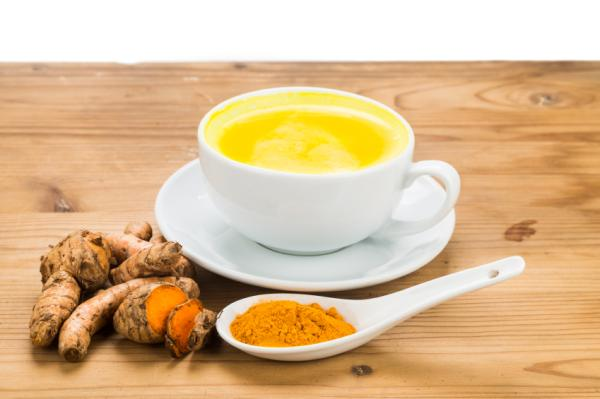 Remedios caseros para el dolor de talón - Té de cúrcuma