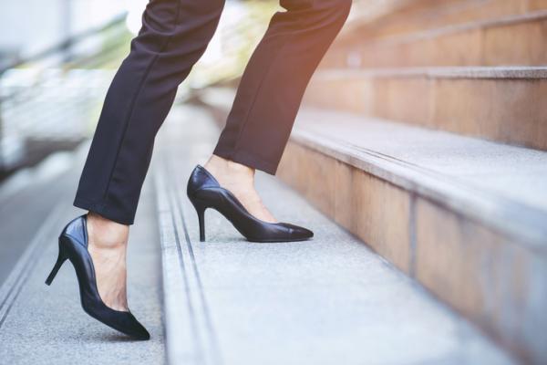 Dolor de rodilla al subir escaleras: causas y tratamiento - Uso de calzado inadecuado