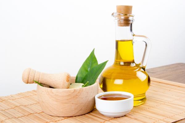 Cómo hidratar la piel de la cara con remedios caseros - Mascarilla de miel y aceite de oliva para la cara
