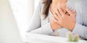 Espasmos en el pecho: causas, síntomas y tratamiento