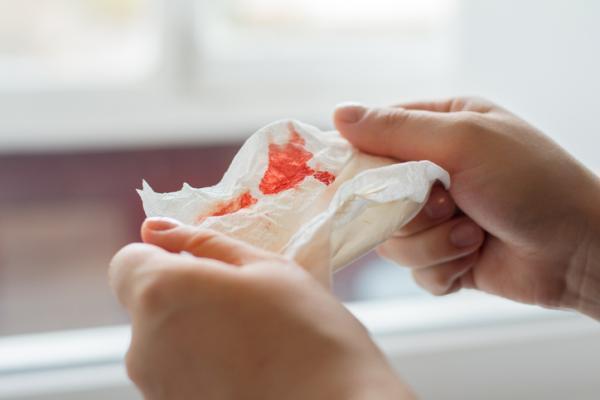 Escupir flema con sangre: ¿qué significa?