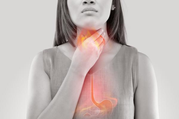 Escupir flema con sangre: ¿qué significa? - Flema con vetas de sangre por problemas en la faringe
