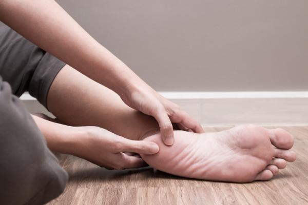 Bolitas en los pies: por qué salen y cómo quitarlas
