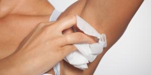 Granos en las axilas: causas, tratamiento y remedios caseros
