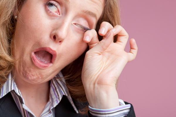 Por qué me escuecen los ojos al ponerme las lentillas - Ojos irritados por lentillas sucias o contaminadas