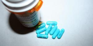 Clindamicina: para qué sirve, dosis, presentaciones y efectos secundarios