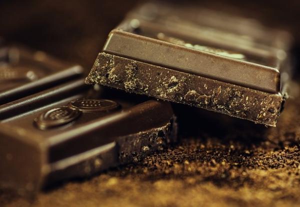 10 alimentos antiedad para mantenerse joven - Chocolate negro, combate inflamaciones e hidrata la piel
