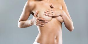 Granos en los senos: por qué salen y cómo quitarlos