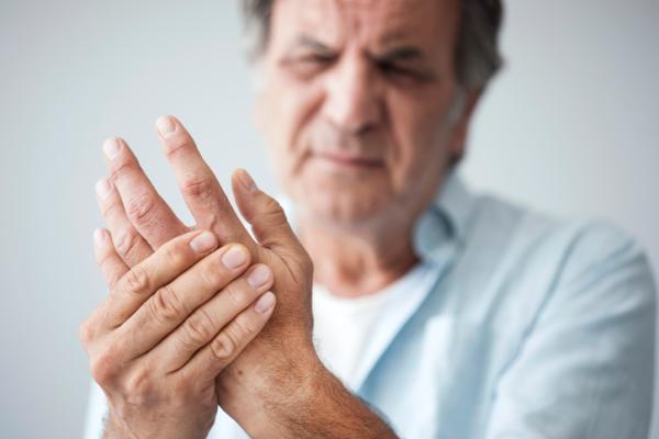 Dolor en los dedos de las manos: causas y remedios para aliviarlo