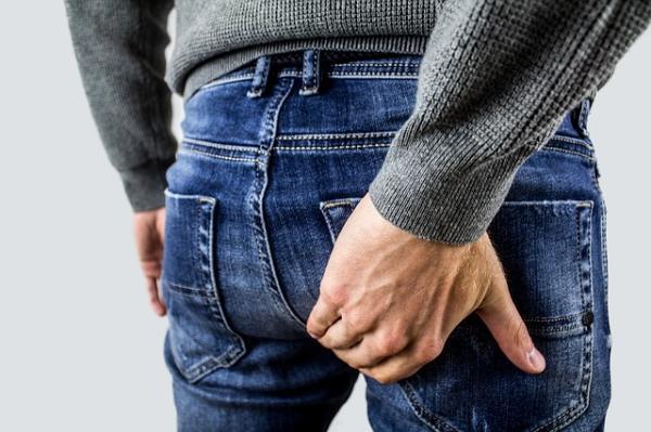 Pesadez entre el ano y los testículos: causas