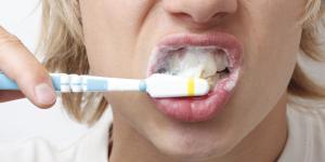 Por qué me dan arcadas cuando me cepillo los dientes