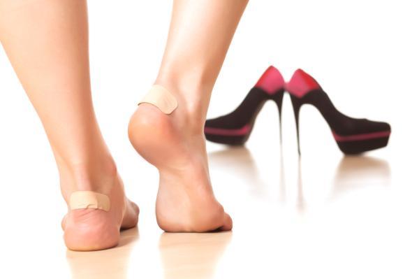 Causas del dolor en la planta del pie - Dolor en la planta del pie y el talón por utilizar zapatos inadecuados