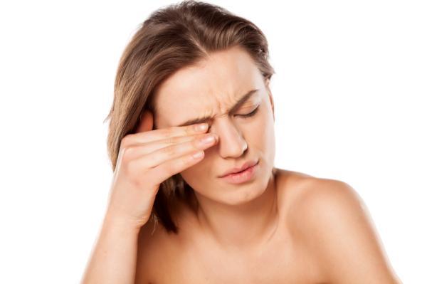 Bolitas de grasa en los ojos: por qué salen y cómo quitarlas - Síntomas de las bolitas de grasa en los ojos
