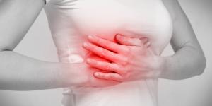 Dolor debajo del seno derecho: causas y tratamiento