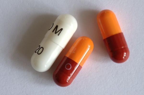 ¿Puedo tomar Omeprazol y antibióticos a la vez?