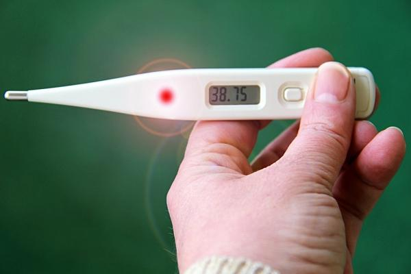 ¿Se puede tomar alcohol con fiebre?