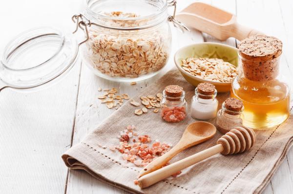 Exfoliante casero para piernas: recetas naturales y efectivas - Exfoliante de azúcar y miel para exfoliar las piernas antes de la depilación