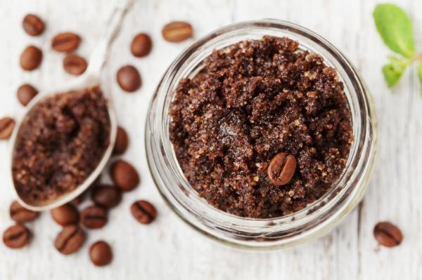 Exfoliante casero para piernas: recetas naturales y efectivas - Exfoliante para piernas y glúteos con celulitis de café