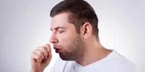 Tos con flema verde: causas y tratamiento