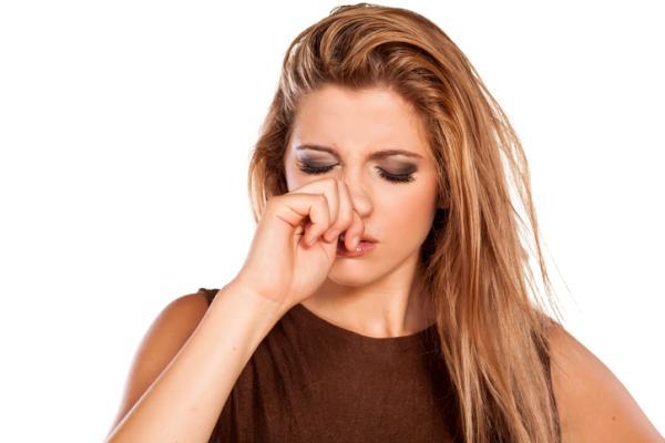 Por qué sale agua de la nariz al agacharse