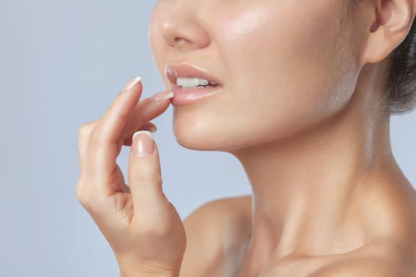 Mancha blanca en el labio: causas y tratamiento