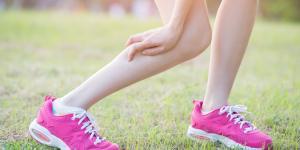 Dolor de gemelos al andar: causas y tratamiento