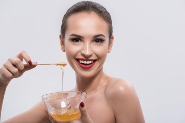 Cómo eliminar granos internos con remedios caseros - Mascarilla de miel, reduce la inflamación e hidrata la piel