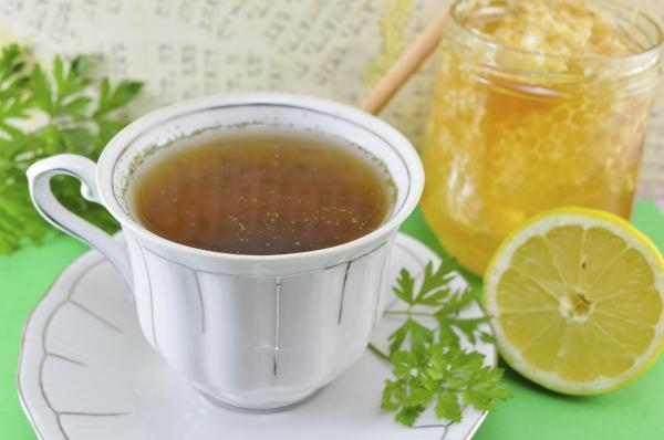 6 Chás para descer a menstruação - Chá de salsinha para descer menstruação
