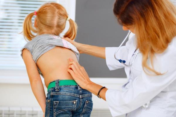 Dor embaixo da costela direita: causas e tratamento - Dor do lado direito embaixo da costela: costas