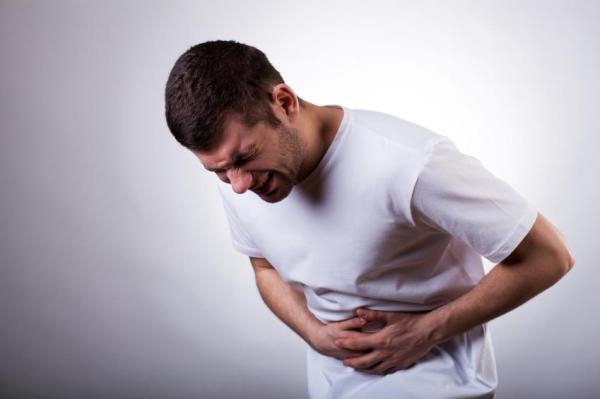 Dor no pé da barriga em homem: causas, tratamento e remédios