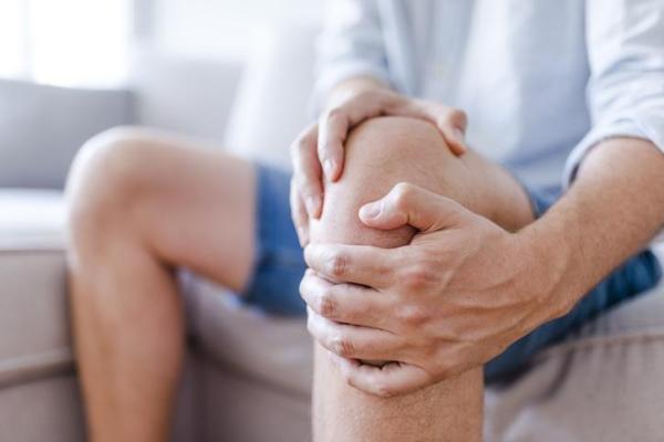 Dor no joelho ao subir escada: causas e tratamento - Idade