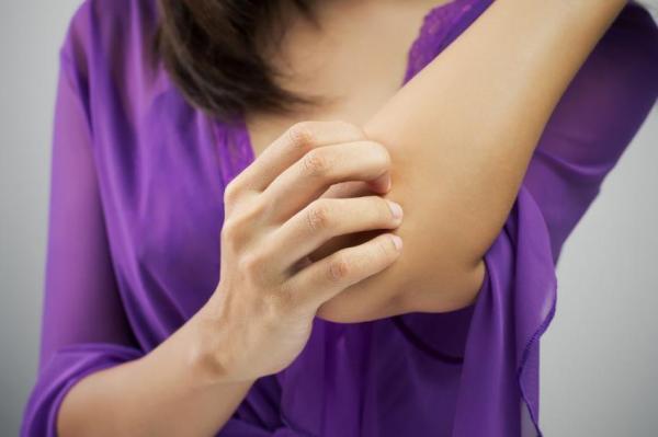 Alergia no cotovelo: causas e tratamento - Dermatite: o que é e sintomas comuns