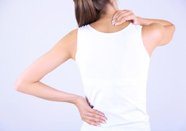 Cãibra na mão: causas e soluções - Contraturas musculares na coluna