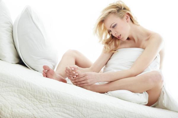 Coceira nos pés antes de dormir: causas