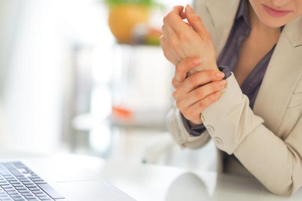 Dor no dedo polegar: causas e como aliviá-la - Dor no dedo polegar, o que fazer: mover o pulso