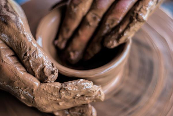 Dermatite nas mãos: causas, tratamento e remédios caseiros - Causas de dermatite nas mãos