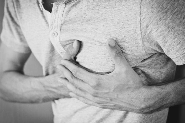 Dor no peito depois de comer: causas
