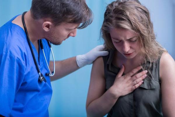 Sensação de algo entalado no esôfago: causas e tratamento