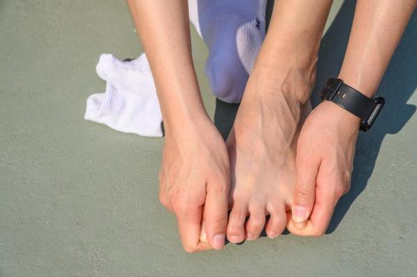 Cãibras nos dedos dos pés: causas e soluções