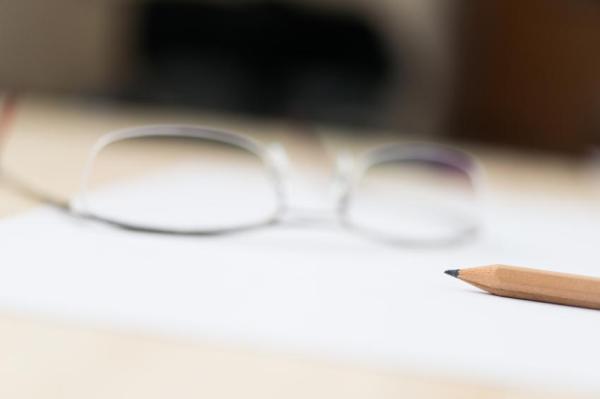 Presbiopia ou vista cansada: sintomas e tratamento