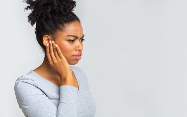 Dor no ouvido ao engolir: causas e tratamentos