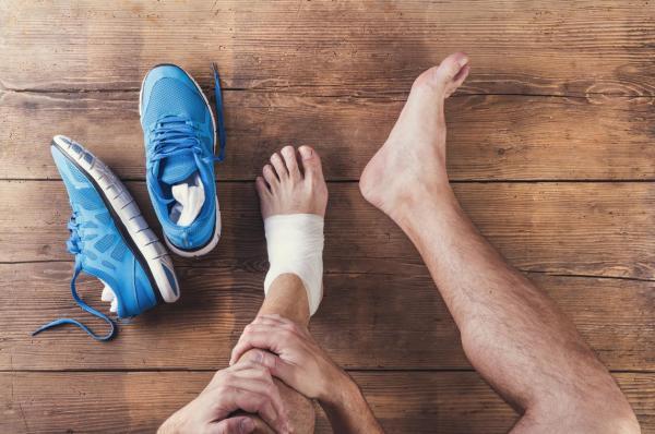 Caroço em cima do pé: o que pode ser - Caroço no dorso do pé: causas